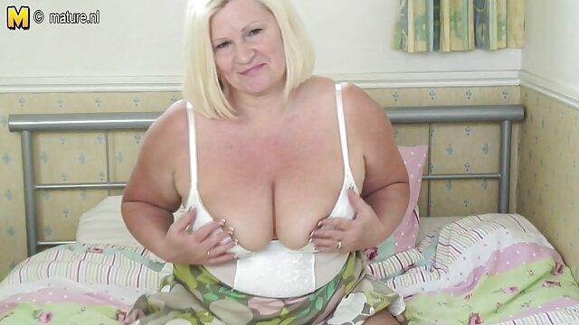او قسمتهای 2 عکس سوپر و سکسی را سکسی و خودارضایی می کند ، من توپهایم را لیس می زند