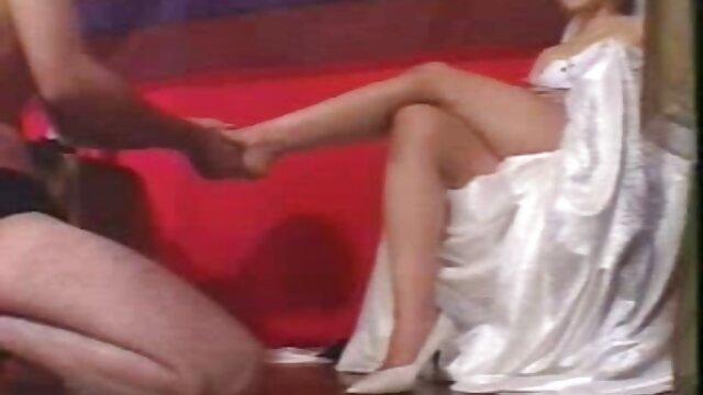 استفانی تریپ MILF عکس های سوپر سکسی روی کاناپه لعنتی